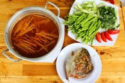 Cách nấu lẩu đầu cá hồi măng chua đơn giản và ngon miệng